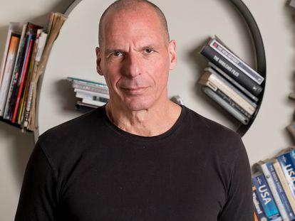 Yanis Varoufakis fotografado em sua casa, em Atenas, no dia 8 de março de 2021.