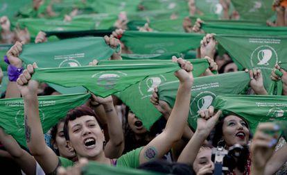 Mulheres protestam diante do Congresso argentino, nesta terça-feira