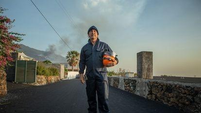 """O geólogo Raúl Pérez em frente à chamada """"zona de guerra"""" do vulcão de La Palma."""