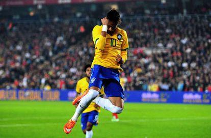 Neymar comemora um gol contra a Turquia.