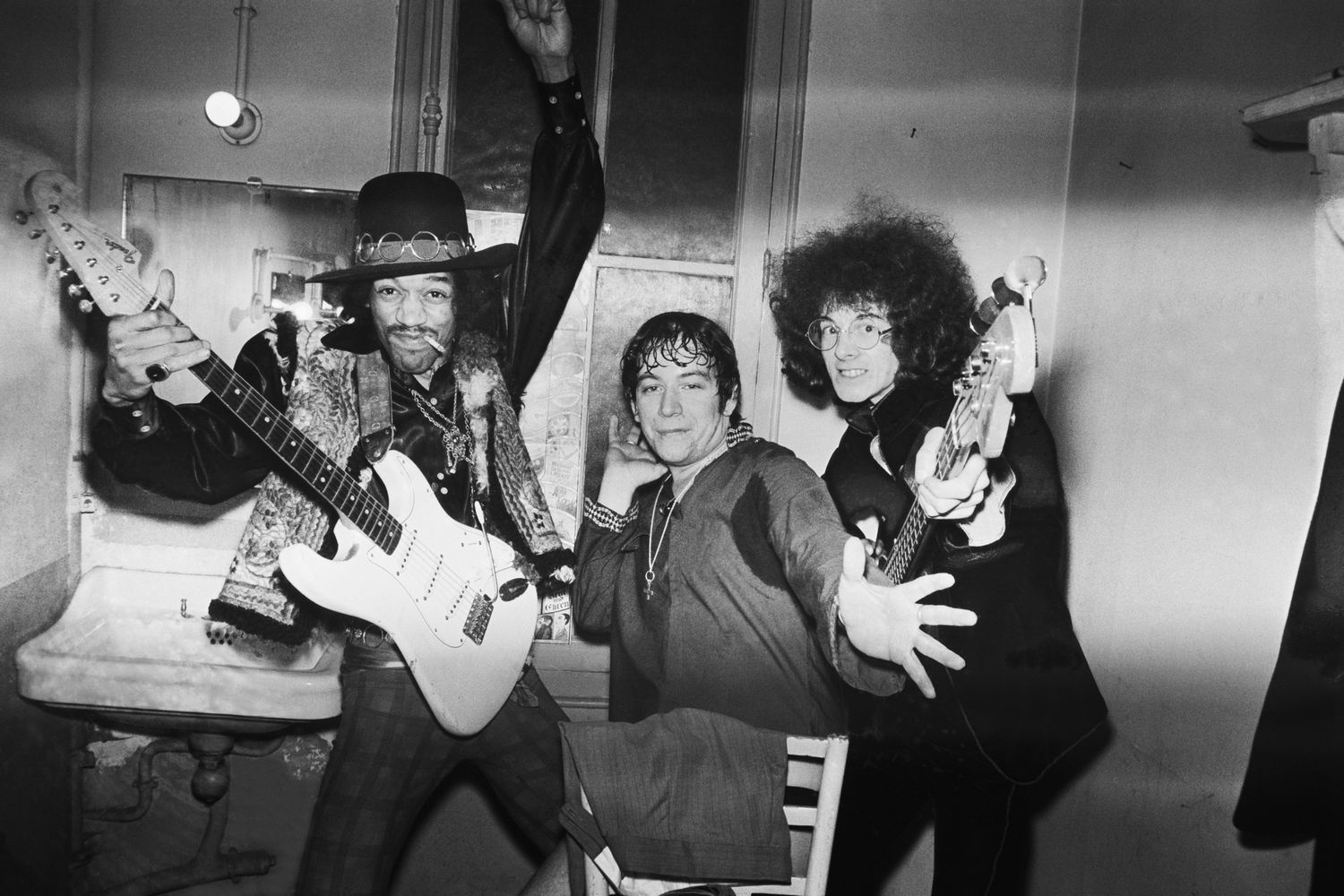 Jimi Hendrix, Eric Burdon e Noel Redding no camarim do Olympia em Paris em 1968.