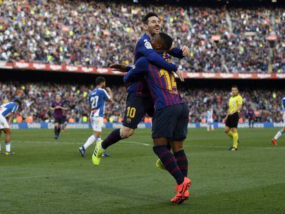 Messi abraça a Malcom depois do gol do brasileiro.