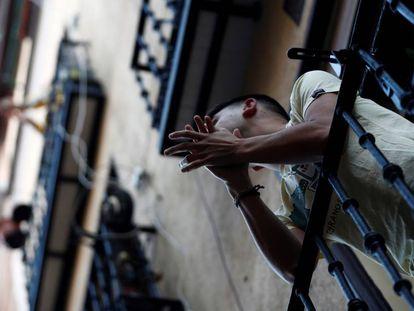 Vizinhos do bairro de Lavapiés, em Madri, aplaudem de suas varandas em 17 de maio.