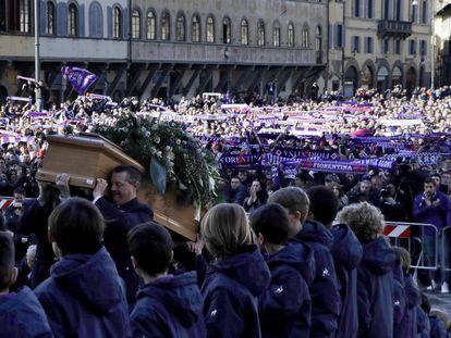 O caixão de Davide Astori é levado à igreja onde foi seu funeral.
