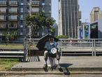 Un hombre pide limosna sentado en la avenida Libertador de la capital de Venezuela.