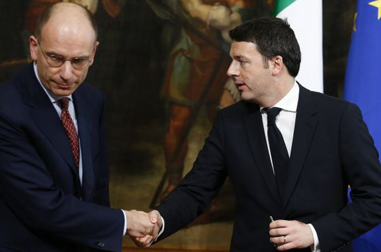 Renzi (direita) cumprimenta Letta, em Roma.