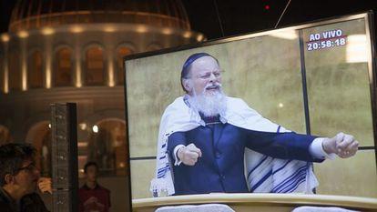 Imagem de Edir Macedo transmitida fora do templo.