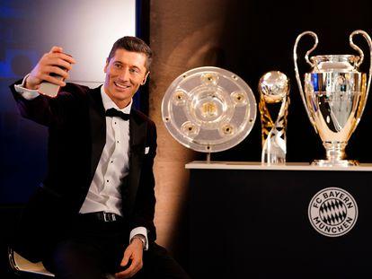 Lewandowski posa com os troféus de 2020.