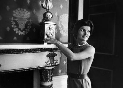 Jackie Kennedy mostra um candelabro de James Monroe.