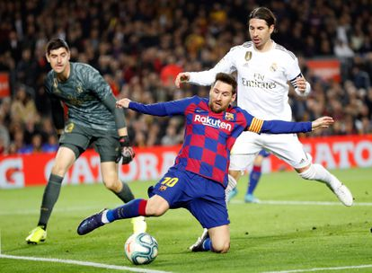 Messi, observado por Courtois e Modric, não conseguiu concluir ao gol madridista.