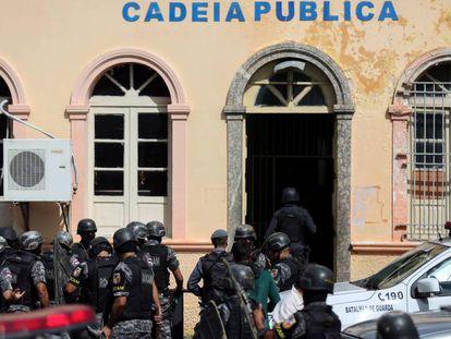 Policiais em frente à Cadeia Pública de Manaus, no dia 6.