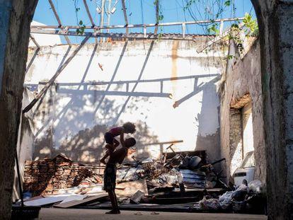 Dois moradores de um dos edifícios ocupados no Rio.