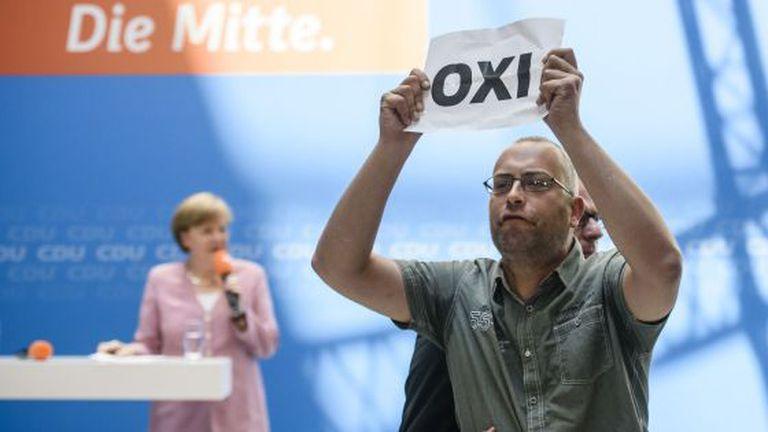 Partidário do não interrompe discurso de Merkel semana passada.