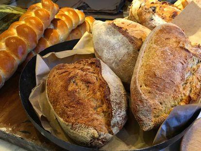 O pão contém glúten e também frutanos.