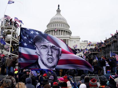 Imagem de arquivo, apoiadores de Trump erguem bandeira durante a invasão do Capitólio, em 6 de janeiro de 2020.