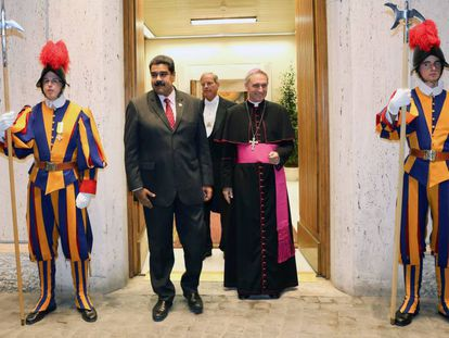 Maduro se dirige a uma reunião com Papa Francisco.