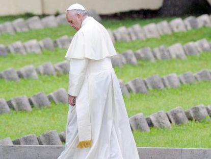 O papa Francisco no cemitério de Fogliano Redipuglia.