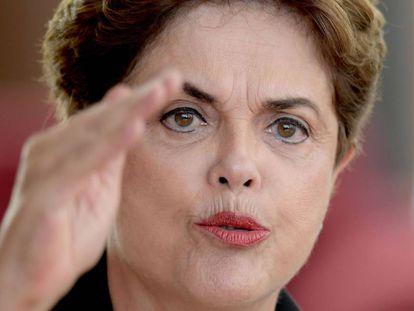 A ex-presidenta Dilma em entrevista a jornalistas estrangeiros