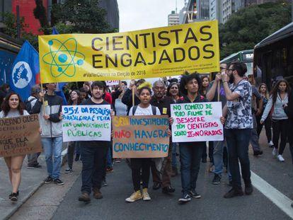 Estudantes durante protesto em São Paulo contra o corte de verbas para as universidades.