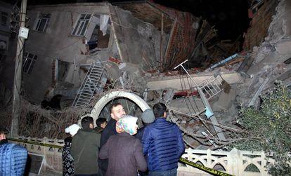 Um edifício destruído durante o terremoto.