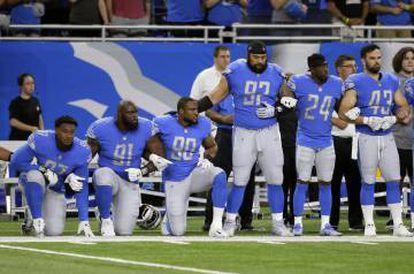 Jogadores do Detroit Lions ajoelhados durante o hino em 24 de setembro.