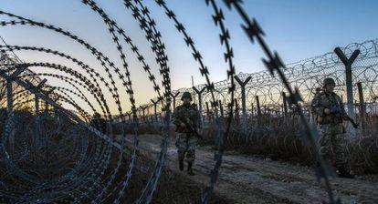 Militares vigiam a cerca fronteiriça da Macedônia com a Grécia.