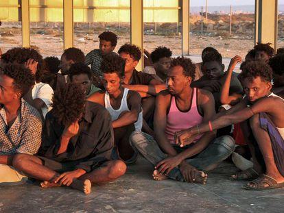 Um grupo de pessoas resgatadas de naufrágio ocorrido em 25 de julho.