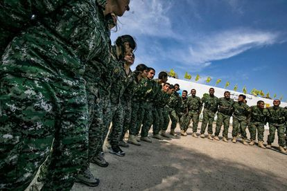 Soldados das Forças Democráticas Sírias comemoram na província de Deir Ezzor o anúncio da libertação do último bastião do ISIS.