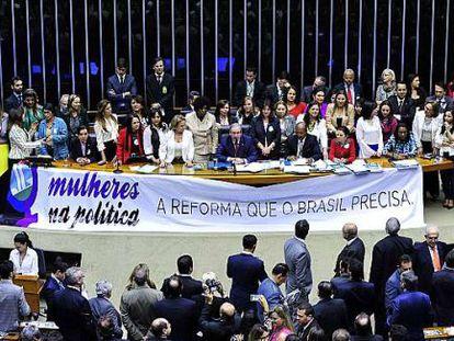 Deputadas reunidas antes do resultado.
