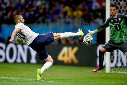 Benzema marca o quarto gol da França.