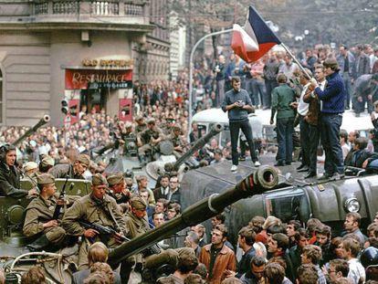Cidadãos tchecos cercam tanques soviéticos, em 21 de agosto de 1968, em Praga.