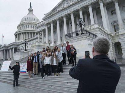 Um grupo de jovens de Minnesota, em viagem de estudos, protesta com cartazes contra Donald Trump no Capitólio, no dia do veredito.