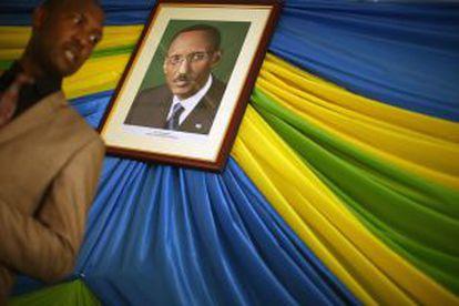 O diretor da prisão de Nyanza observa o retrato do presidente Paul Kagame.