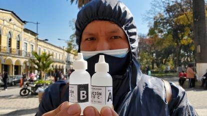 Homem mostra o composto químico dióxido de cloro em Cochabamba.