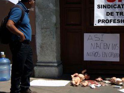 Protesto diante da Secretaria de Saúde em Oaxaca.