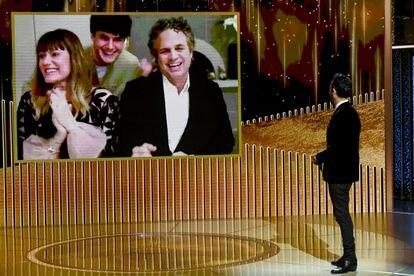 Mark Ruffalo, com sua esposa e um de seus filhos, celebra seu Globo de Ouro aos olhos de Justin Theroux.
