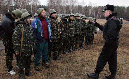 Um oficial ucraniano fala a um grupo de recrutas, perto de Kiev.