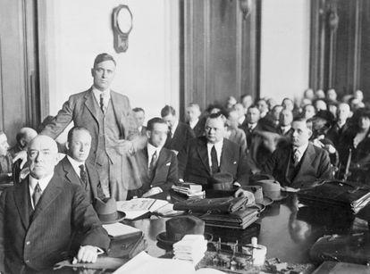"""Roscoe """"Fatty"""" Arbuckle com sua equipe de advogados de defesa durante o julgamento, o primeiro que a imprensa acompanhou de perto e transformou em evento sensacionalista."""