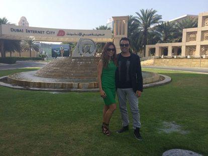 O pai da moeda virtual 'unete', José Manuel Ramírez Marco, com sua mulher, Pilar Otero, em Dubai.