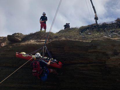 Resgate de uma das pessoas feridas após o naufrágio da embarcação na Califórnia.
