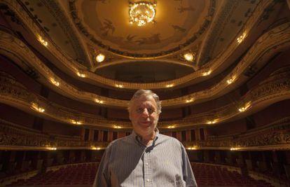 John Neschling posa no centro do palco do Municipal.
