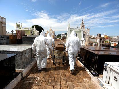 Coveiros se preparam para sepultar uma vítima do coronavírus em São Paulo.