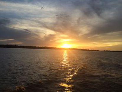 O pôr do sol no rio Amazonas.