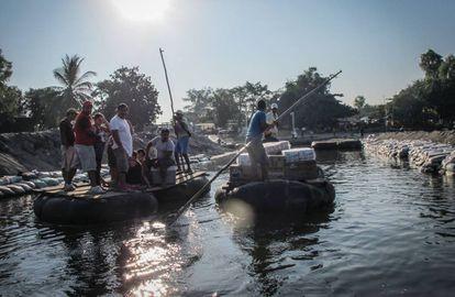 Comerciantes no rio Suchiate, na fronteira entre o México e a Guatemala