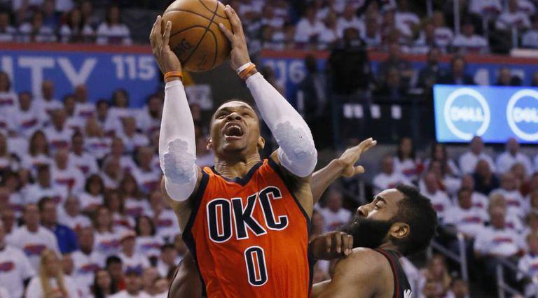 Westbrook ganha um lance contra Harden em um Thunder-Rockets.