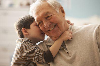 Um avô brinca com seu neto.