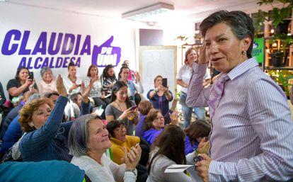 O comitê de campanha de Claudia López, nova prefeita de Bogotá, celebra os resultados.