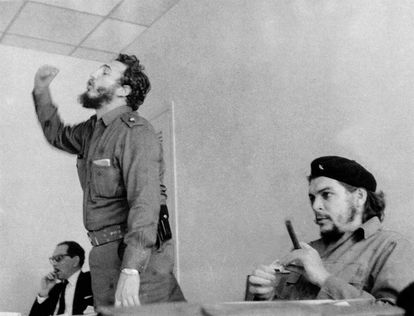 Fidel Castro, nos anos 60, ao lado de Ernesto Che Guevara, em Havana.
