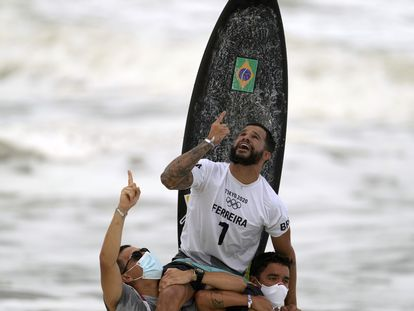 Ítalo Ferreira celebra a conquista da medalha de ouro no surfe masculino na praia de Tsurigasaki, no Japão.