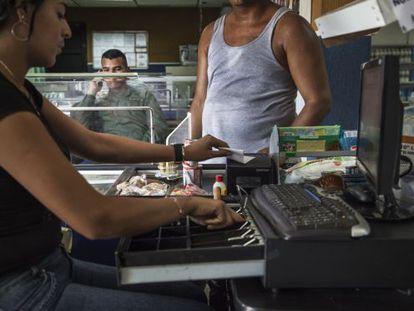 Caixa em uma loja venezuelana.